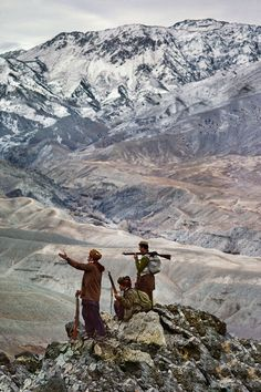 'Mujahideen stand atop a mountain in the Hindu Kush', 24 Striking Pictures Of Afghanistan By Photojournalist Steve McCurry Steve Mccurry Photos, Ex Yougoslavie, Pakistan, Les Philippines, World Press Photo, Afghan Girl, Afghanistan War, Afghanistan Culture, Robert Doisneau