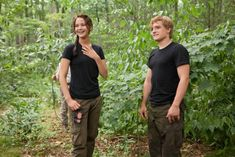 New & Unseen Set Photos of Jennifer Lawrence and Josh Hutcherson From The Hunger Games - You are in the right place about entertaintment industry Here we offer you the most beautiful pict - Hunger Games Memes, Hunger Games Cast, Hunger Games Fandom, Hunger Games Catching Fire, Hunger Games Trilogy, Hunger Games Problems, Jennifer Lawrence Fotos, Jennifer Lawrence Hunger Games, Lawrence Photos