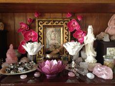Quer deixar seu altar mais bonito? Flores são uma ótima opção para enfeitar e perfumar o ambiente.
