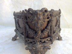 Bronzen bewerkte bloembak met ram koppen - ca. 1900