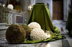 Sfere di fiori verdi e bianche - Alternate le sfere addobbano la chiesa per un matrimonio.