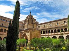 Monasterio de Guadalupe se situa en la falda meridional del cerro de Altamira, en el centro de la Puebla de Guadalupe. El Santuario comenzó su andadura a finales del siglo XIII, siendo inicialmente una pequeña ermita.