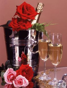 Champagne e rose Happy Birthday Flower, Happy Birthday Wishes, Birthday Greetings, Birthday Cards, Wine Bottle Images, Beautiful Love Pictures, Happy New Year 2015, Romantic Dinners, Wine Glass