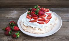 This summer pavlova is the perfect make-ahead dessert; read our recipe and add this dish to your cooking repertoire today. Cheesecake Bites, Lemon Cheesecake, Pumpkin Cheesecake, No Egg Desserts, Make Ahead Desserts, Healthier Desserts, Strawberry Pavlova, Strawberry Summer, Pavlova Cake