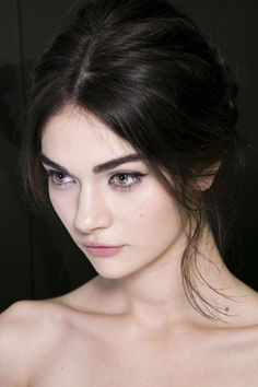 I love dark hair and pale skin it's so pretty! Hair Color For Fair Skin, Hair Color Dark, Dark Hair Pale Skin, Short Hairstyles For Women, Trendy Hairstyles, Dye Eyebrows, Makeup Eyebrows, Eye Brows, Woman Face