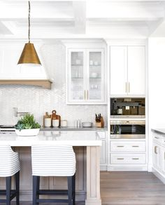 White kitchen is never a wrong idea. The elegance of white kitchens can always provide . Elegant White Kitchen Design Ideas for Modern Home Home Decor Kitchen, Interior Design Kitchen, New Kitchen, Kitchen Ideas, Kitchen White, Basic Kitchen, Gold Kitchen, Kitchen Pendants, Awesome Kitchen