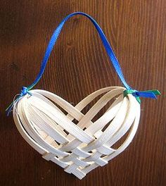 Weave a heart basket. Use basket reeds, or drinking straws, or upcycle thin strips of anything flat and flexible -- cut strips from yogurt-tub plastic? Folded strips of wrapping paper? Paper Basket Diy, Paper Basket Weaving, Basket Weaving Patterns, Basket Crafts, Weaving Projects, Weaving Art, Straw Weaving, Basket Drawing, Heart Ornament