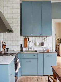 Белый кабанчик на стенах. Разностилевая мебель. Цветная кухня