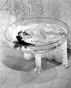 Shirley Maclaine and Robert Mitchum in a champagne glass bed in the 1964 film, What a Way to Go! Classic Hollywood, Old Hollywood, Hollywood Regency, Shirley Maclaine, Studio 54, In Vino Veritas, Fashion Books, Classic Movies, Playboy