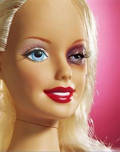 Barbie víctima de la violencia