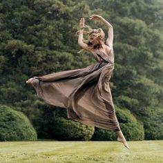 """Gisele dá bom dia dançando em campo verde: """"Me sinto uma fada"""""""