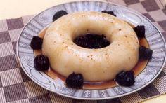 Manjar Branco Diet  Ingredientes:  Manjar Branco  – 4 xícaras (chá) de leite desnatado  – 4 colheres (sopa) de coco ralado  – 1/2 xícara (chá) de amido de milho  – 1 xícara (chá) de adoçante SUCRALOSE GRANULAR para forno e fogão (não usar adoçante comum!)  Calda de Ameixas Diet  – 6 ameixas pretas secas sem adição de açúcar com caroço  – 1 xícara (chá) de água  – 1 colher (sopa) de adoçante SUCRALOSE para forno e fogão