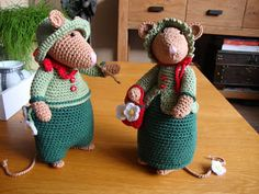Ter inspiratie: Mika en haar vriendinnetje... Amigurumi Patterns, Crochet Christmas Trees, Crochet Mouse, Felt Mouse, Crochet Animals, Baby Sewing, Dinosaur Stuffed Animal, Projects To Try, Ganchillo
