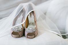 Hochzeit in Hanau | Friedatheres.com Fotos: Hilal & Moses Location: Wilhelmsbad in Hanau Brautschuhe: Badgley Mischka Brautkleid: Aire Barcelona Blumen: Blumen Wodack