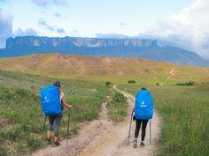 10 dias na Venezuela, entre os encantos da Gran Sabana e seus Tepuyes, como são chamados os grandes montes como o Roraima. Essa sem dúvida foi a experiência mais intensa que tivemos com uma montanha. O lugar, além de singular, é mágico, inspirador e transcende nossa compreensão sobre a vidaeo