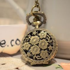 Bouteille avec des fleurs, reloj pequeño para el cuello - Este es quizás uno de los relojes más delicados que tenemos. Es un reloj en forma de botella de flores inspirado en frascos de perfume francés. Puedes usarlo como collar y como reloj .Es increible, lo amarás