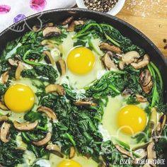 So gesund und so lecker! Spinatpfanne mit Champignons und Ei. Ein tolles Rezept für den Sonntagsbrunch. Mit nur wenigen Zutaten ist das Gericht ruckzuck gekocht. Absolut stressfrei und somit perfekt für den gemütlichen Sonntagmorgen. Mit nur 5g Kohlenhydraten pro Portion.