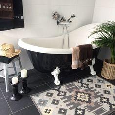 Hemma igen. Nähä, här var det inget badväder idag heller. ⛅️☁️Då får man väl kanske slänga på sig solhatten och ta sig ett dopp i den här baljan istället och låtsas att det är sommar...☀️ #badrum #tassbadkar #skandinaviskahem #badrummet #badrumsinredning #inredare