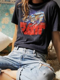 Awesome Mode rock look rock chic femme deguisement rock tenue t shirt decontracte Fashion rock look chic rock woman disguise rock outfit t shirt casual Look Retro, Look Vintage, Vintage Tees, Vintage Graphic Tees, Vintage Retro, Vintage Hipster, Vintage Grunge, Vintage Rock, Retro Style