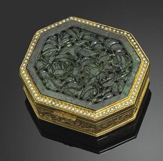 A gilt bronze and jadeite snuff box Late Qing/Republic period