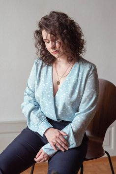 La blouse Carla - Katoune  Un cache-coeur revisité qui met en valeurs votre silhouette. Facile à associer, il se porte aussi bien avec un jean ou avec un pantalon smart plus habillé. Le motif exclusif fleurie apporte la touche romantique, idéal pour créer vos tenues pour ce printemps/été. #swissbrand #madeinportugal Style Personnel, Inspiration Mode, Blouse, Casual, Blogging, Portugal, Silhouette, Collection, Fashion