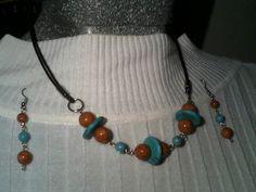 Juego de collar y aretes en cuero, piedra fósil, turquesa y níquel
