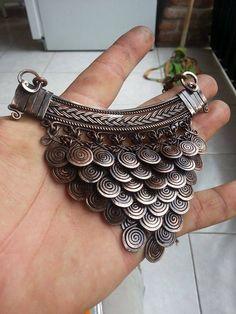 Collar hecho 100% a mano pieza por pieza y unido por argollas, envejecido. Técnica: engrapado, martillado y trenzado con 20 hilos de alambre.