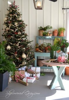Christmas decorated spaces to put you in a holiday mood Christmas Porch, Noel Christmas, Outdoor Christmas, Xmas Tree, Christmas Tree Decorations, Christmas Crafts, Christmas Wishes, Christmas Fireplace, White Christmas