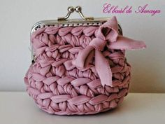 Bolsos de Trapillo con tutoriales incluidos | Aprender manualidades es facilisimo.com Crochet Coin Purse, Crochet Purses, Love Crochet, Crochet Yarn, Yarn Bag, Diy Bags Purses, Finger Knitting, Diy Handbag, Craft Bags