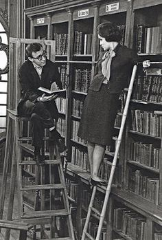 Romy Schneider and Woody Allen. Photograph by Larry Shaw. even Woody Allen takes time to read, although looking a little distracted (and became distracted a moment later). Woody Allen, People Reading, Woman Reading, I Love Books, Books To Read, My Books, What's New Pussycat, Romy Schneider, Lectures