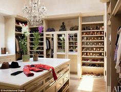 Interior Design Giants decided to share with you the fantastic interior design of Los Angeles Home of Famous Model Gisele Bundchen and Tom Brady, an issue of the great Magazine Architectural Digest. Architectural Digest, Celebrity Closets, Celebrity Houses, Celebrity Style, Gisele Bundchen, Tom Bradys House, Dressing Room Closet, Dressing Rooms, Sweet Home