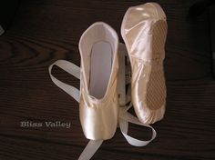 This pair of pointe shoe is built for students. It features a harder, square box, and rigid shank that assists the beginner. It has a wide toe platform and medium crown. One round elastic cord comes out at the front of shoes and traverses around the shoes. | eBay!
