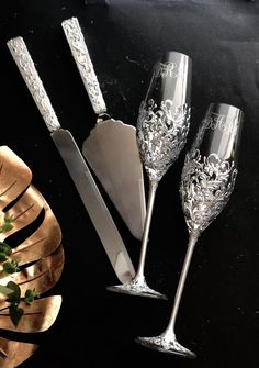 wedding glasses and cake cutting ser gold color Personalized engraved flutes and cake server set Wed Champagne Wedding Cakes, Wedding Toasting Glasses, Wedding Champagne Flutes, Floral Wedding Cakes, Toasting Flutes, Wedding Toasts, Champagne Glasses, Wedding Cake Knife Set, Unique Wedding Colors