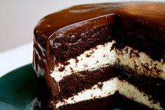 Trippel sjokoladekake med kremfyll og ganache glasur - Mat på bordet
