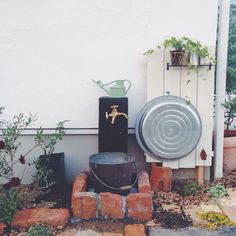 草花の水やりや、ちょっとした洗い物に便利な立水栓が簡単にDIYできることをご存知でしょうか。新築時に取り付けられたものが使いにくかったり、庭のイメージに合わないと感じることはありませんか?レンガやタイル、塗料などを使って自分好みの立水栓にリメイクしてみましょう。