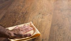Un parquet en bois confère à votre intérieur beaucoup de chaleur. Pour conserver sa beauté, il faut l'entretenir soigneusement. Parquet ciré, parquet vitrifié ou en bois massif, quelles sont les astuces pour un entretien simple et efficace ?