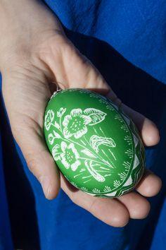 Bäuerin Beatrix Hohenegger vom Gamsegghof übt ein ganz besonderes Handwerk aus: Sie färbt die Eier ihrer Hofgänse uns ritzt anschließend Sprüche und schöne Motive in die Eier. Roter Hahn - Südtirol Red Rooster, Wood Carvings, Eggs, Gifts