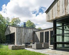 American studioBirdseye Design took cues from traditional woodsheds while creatingthis guesthouse for a forested site in northern Vermont.