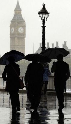 Just because I love London.London - Big Ben, brollies and rain - three classics London City, London Rain, London Style, London Bus, London Food, Flood Risk, Big Ben London, England And Scotland, London Calling