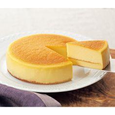 2種のチーズが織り成す極上の口どけが魅力。クリームチーズに塩を加えコクを出したベイクドチーズケーキの上に、マスカルポーネチーズを湯煎焼きでしっとりと仕上げたチーズケーキをのせました。