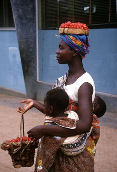 Africa - Congolese woman, with her twin babies, carrying tomatoes to the market, Bukavu, Congo (Democratic Republic) African Tribes, African Women, We Are The World, People Around The World, African Beauty, Mother And Child, Mothers Love, World Cultures, Republic Of The Congo