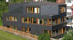 Kontrastprogramm: Moderne Schieferfassade im denkmalgeschützten Umfeld
