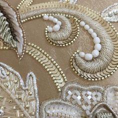 ここが気になるので刺し直し! #aariwork #ベージュ #オートクチュール #オートクチュール刺繍 #gold #handmade #lesson #luneville #lesage #日本刺繍 #糸刺繍 #fashion #flowers #シャンパンゴールド #ベージュ #ribon #beads #ビーズ刺繍 #design #art #broderie #thread #オートクチュール刺繍教室 #embroiderylesson #フランス刺繍