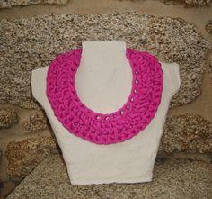 Gargantilla en rosa fuerte con cierre metálico en color plata.