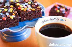 """Coffee, Tea? Or Me? ;) Jeg ble tipset om denne oppskriften av en leser av Det søte liv rett før jul. Hun heter Marianne, og skrev til meg at hun tviler på at hun noengang kommer til å finne noen bedre langpannekakeoppskrift enn denne! Deigen til """"Kjelesjokoladekake"""" røres sammen i en stor kjele. Enkel kake å røre sammen med andre ord, og resultatet er en usedvanlig saftig sjokoladekake. Den er ypperlig å lage 2-3 dager før servering, og er også fin å fryse med glasur. Jeg ble selv meget fornøyd Sweet Tooth, Sweets, Tea, Coffee, Cooking, Desserts, Recipes, Jelly Belly, Food"""