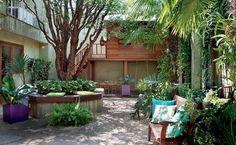 Casa de boneca ou playground? Ambos fazem a alegria dos pequenos moradores de duas casas, cujos jardins receberam equipamentos especiais, sem prejudicar os espaços das plantas
