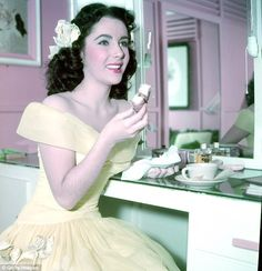 Elizabeth Taylor defined modern celebrity and is considered the last classic Hollywood icon. Elizabeth Taylor Trust and Elizabeth Taylor Estate. Vintage Hollywood, Hollywood Glamour, Hollywood Stars, Classic Hollywood, Elizabeth Taylor, Divas, Brigitte Bardot, Edward Wilding, Viejo Hollywood
