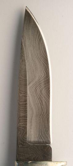 日本で言う名刀や妖刀みたいな武器も西洋にはあるの?:哲学ニュースnwk    ダマスカス鋼  かつて生産されていた木目状の模様を持つ鋼素材の名称である。  強靭な刀剣の素材として知られるが、製法がはっきり分かっているわけではないことから、  伝説的あるいは神秘的なものと思われていることもある。    この鋼材が生産されたのはインドのウーツであるが、それがシリアのダマスカスで  刀剣等に加工されたのでダマスカス鋼として西欧世界に知られるようになった。