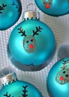 Einfach den Finger in Farbe tunken und auf die Kugel drücken. Anschließend mit Edding Augen, Nase und Geweih malen. Fertig :) Es geht ganz schnell und ist ein süßer Hingucker am Weihnachtsbaum. Steht euer schon? (gesehen auf littlebitfunky.com)