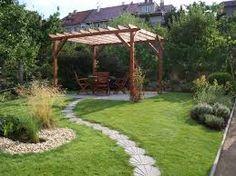 Questo è il mio giardino. Mi piace un sacco stare qui con gli amici quando fa bello e fare feste. Ho preso ispirazione da una rivista ma ha fatto tutto l'architetto. Mi sento tranquillo quando sono qui, è rilassante